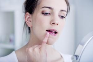 Белая сыпь на губах
