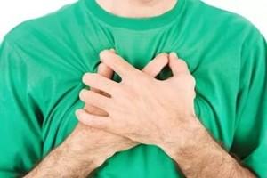 боль за грудиной посередине отдает в спину